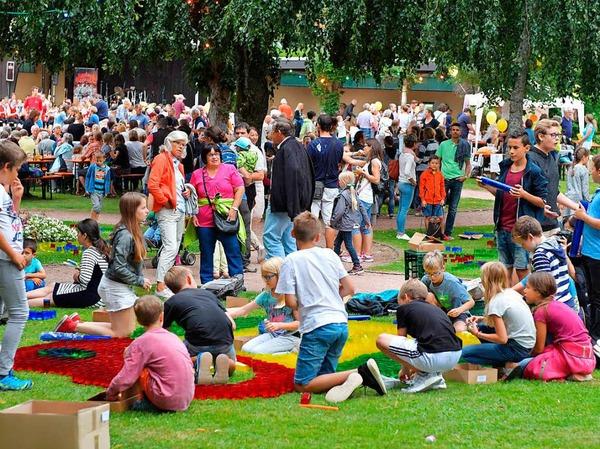 Emsig und kreativ waren Groß und Klein zugange im Lenzkircher Kurgarten, damit die farbenfrohen Kunstwerke am Abend erstrahlen konnten.