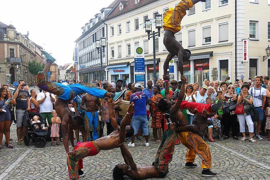Akrobatik bei der Straßenparade mit Afrobatic (Foto: Georg Voß)