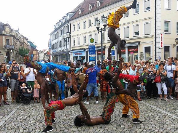 Akrobatik bei der Straßenparade mit Afrobatic