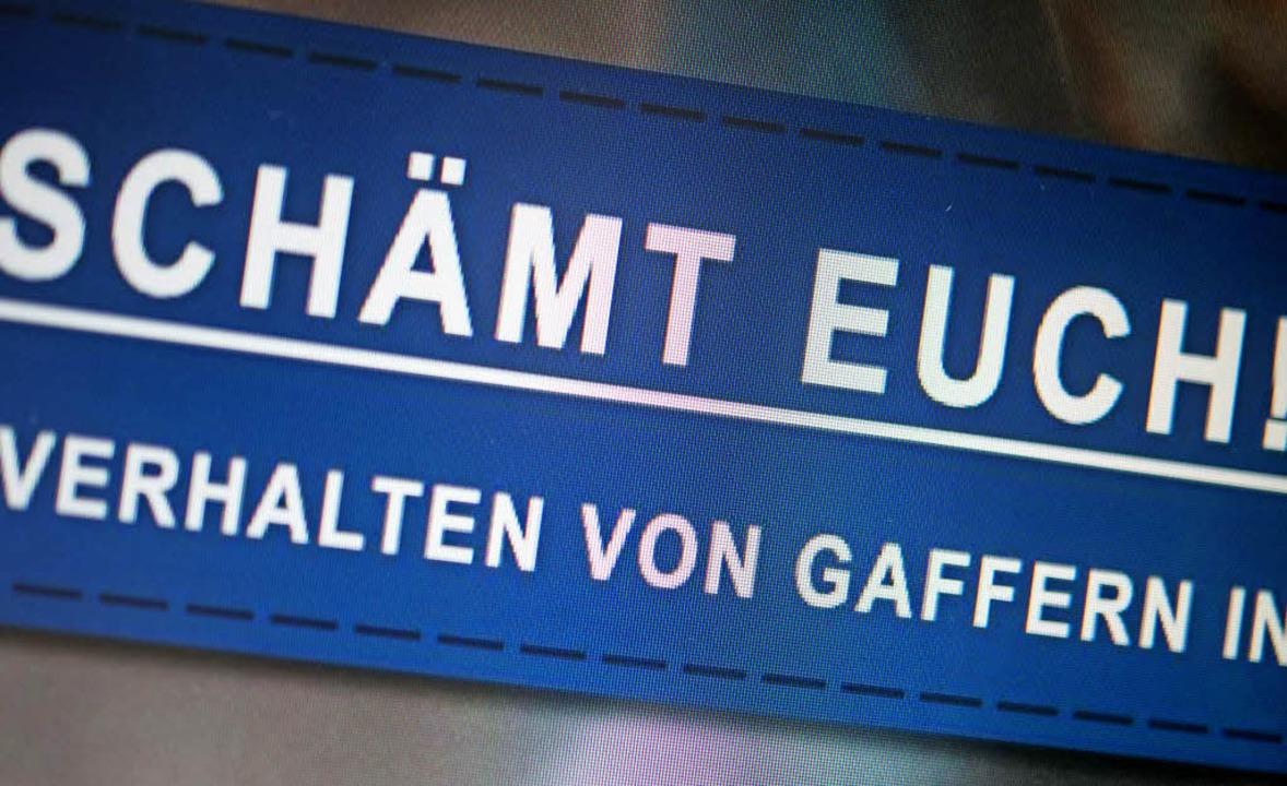 Auf Facebook protestiert die Polizei gegen Gaffer.   | Foto: dpa