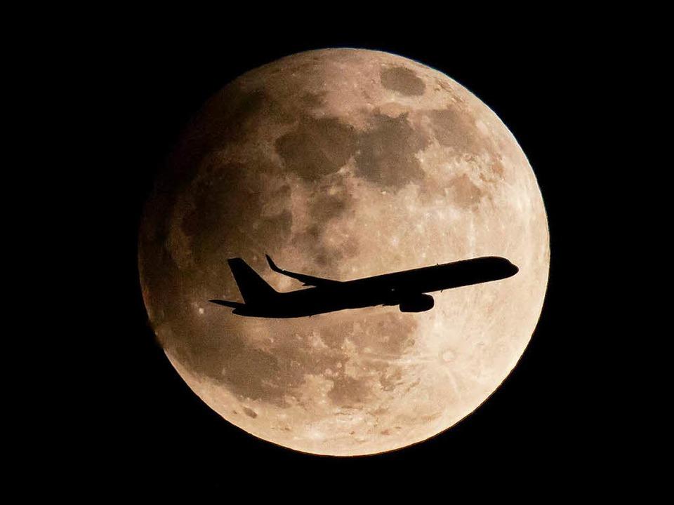 Eine partielle  Mondfinsternis, die am...afen Frankfurt 2013 aufgenommen wurde.  | Foto: dpa