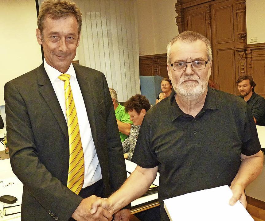 Harald Lais (re.) erhält von Christoph Hoffmann die Urkunde des Gemeindetags.     Foto: Sattelberger