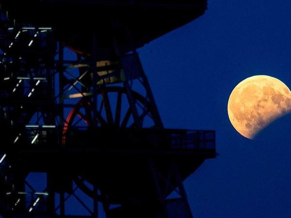 Blick auf die  partielle Mondfinsternis  in Katowice (Polen).
