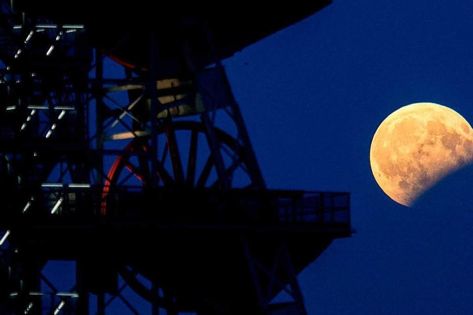 Blick auf die  partielle Mondfinsternis  in Katowice (Polen). (Foto: dpa)