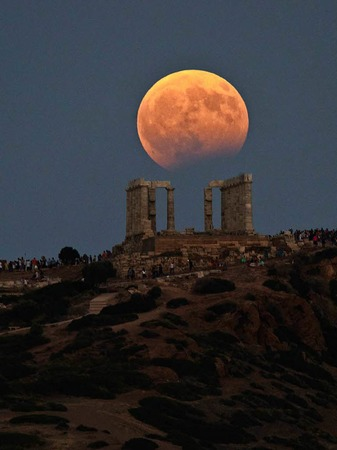 Blick auf die partielle Mondfinsternis  über demTempel des Poseidon in Kap Sounion (Griechenland).