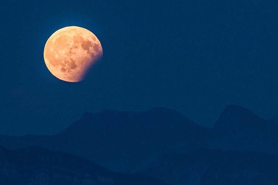 Blick auf die partielle Mondfinsternis  über den Berner Alpen (Foto: dpa)