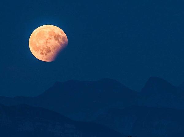 Blick auf die partielle Mondfinsternis  über den Berner Alpen