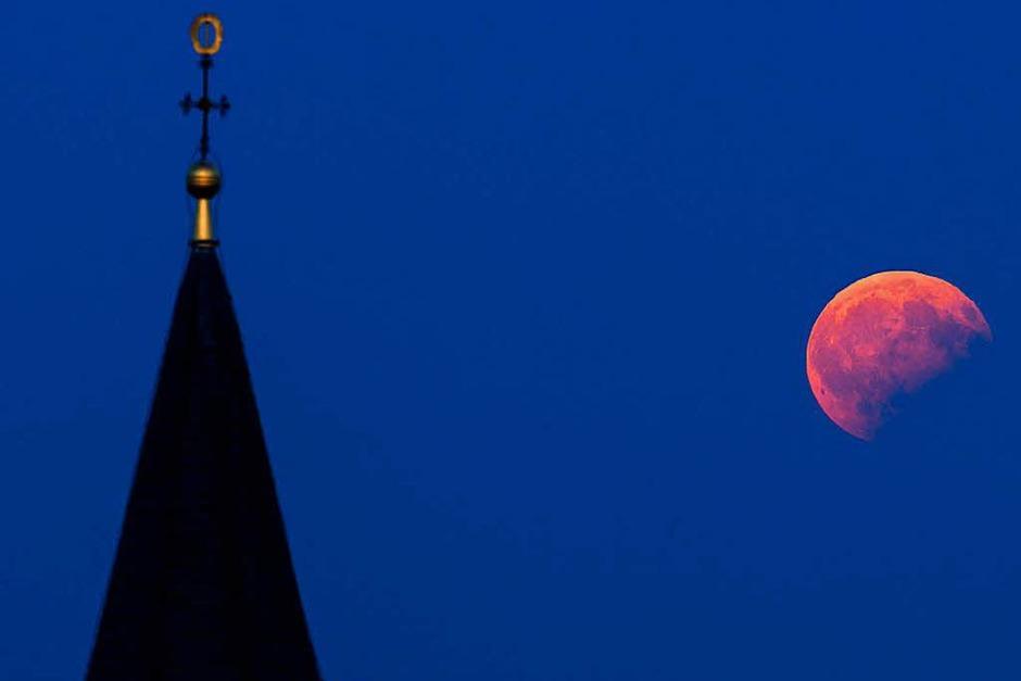 Scheinbar blutrot erstrahlt  der Mond über dem Staffelberg bei Bad Staffelstein (Bayern). (Foto: dpa)