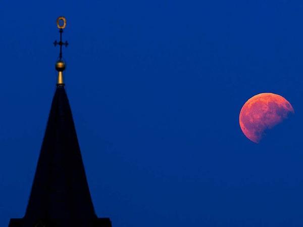 Scheinbar blutrot erstrahlt  der Mond über dem Staffelberg bei Bad Staffelstein (Bayern).