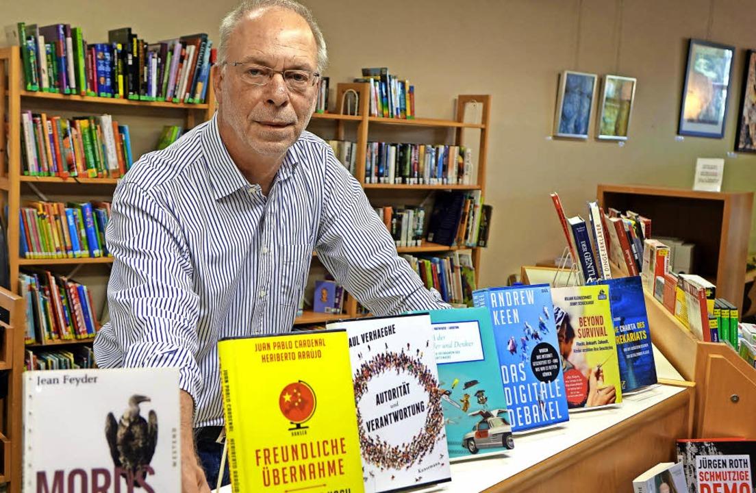 Der Chef verlässt nach 32 Jahren seine...Und lesen tut er nach wie vor gerne.    | Foto: Roswitha Frey