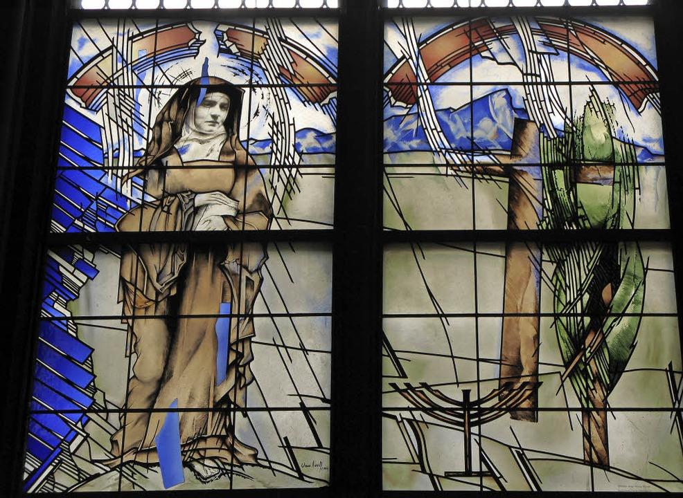 Ein Kirchenfenster, in dem man lesen k...Günther Van Look im Freiburger Münster  | Foto: Arnd Henke