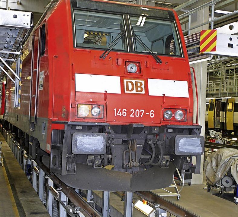 Schienen wie auf Stelzen: In der DB-Re...d Waggons inspizieren und reparieren.   | Foto: Werner Graf (Deutsche Bahn)