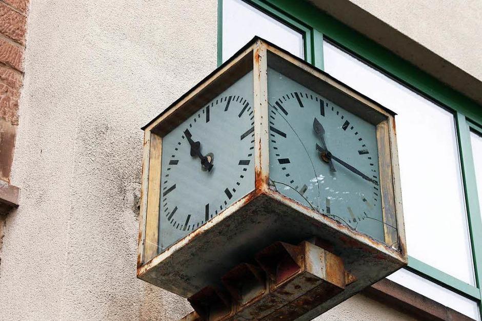… die Zeit auf dem Areal scheint nur manchmal stehengeblieben zu sein. (Foto: Heidi Foessel)