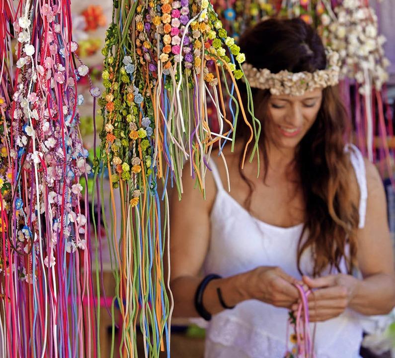Flower Power: Blütenschmuck finden Url...ene Bucht mit türkisfarbenem Wasser.    | Foto: dpa / Tanaonte (stock.adobe.com)