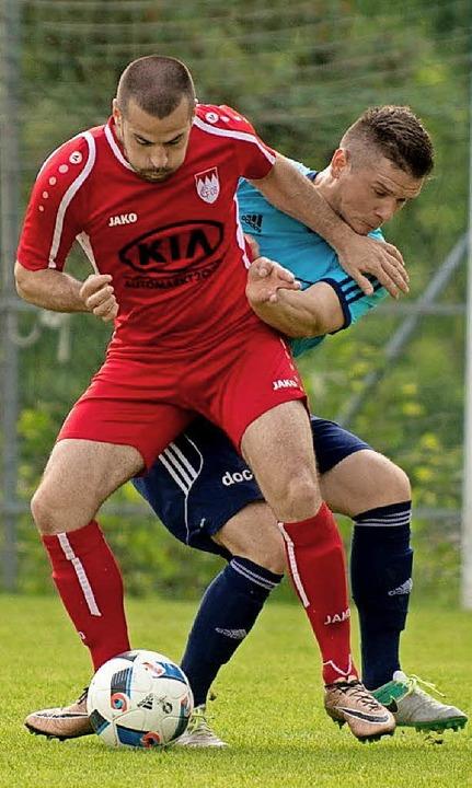Auch auf dem nächsten Level durchsetze...aier (links) und Aufsteiger FC Tiengen  | Foto: Markus Schächtele