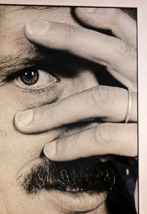 Der Schriftsteller Urs Widmer: eine Fo...der Ausstellung im Kunst Raum Riehen.   | Foto: Kurt Wyss
