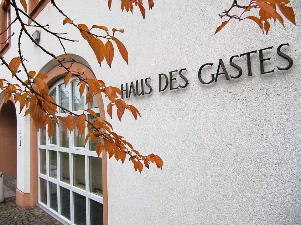 Das Ergebnis der Bürgermeisterwahl wird im Haus des Gastes bekanntgegeben.  | Foto: Susanne Filz