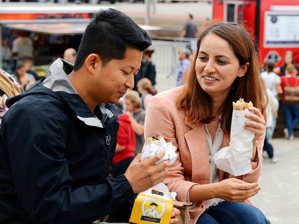 Einmal Käsekuchen, einmal Sandwich: Gä...ei einem Food-Truck-Event in Freiburg.    Foto: Rita Eggstein