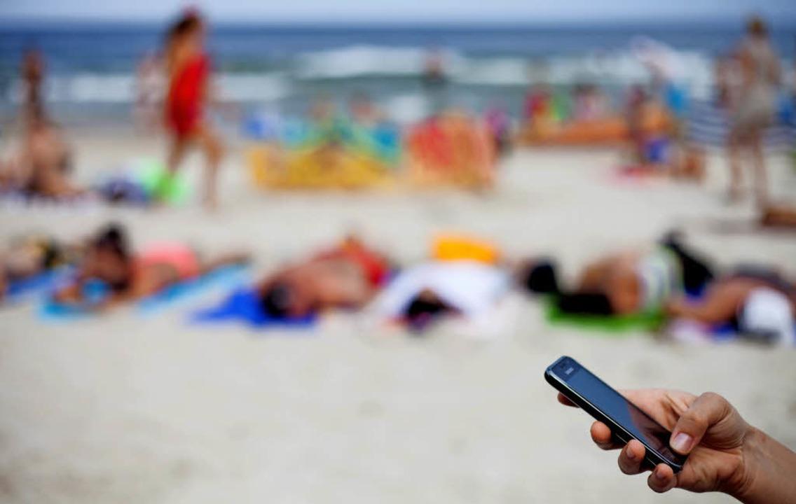 Handysurfen am Strand ist längst nicht überall billig geworden.  | Foto: dpa
