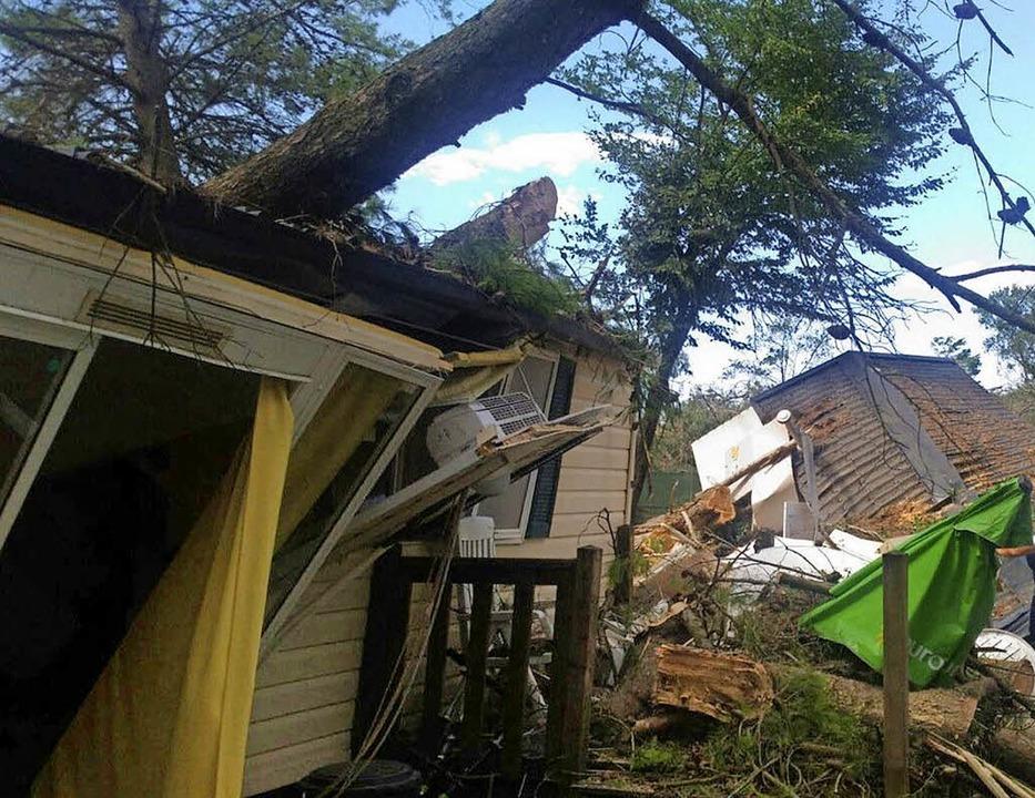 Umgestürzte Bäume haben einem  Camping...no Treporti Verwüstungen angerichtet.   | Foto: dpa