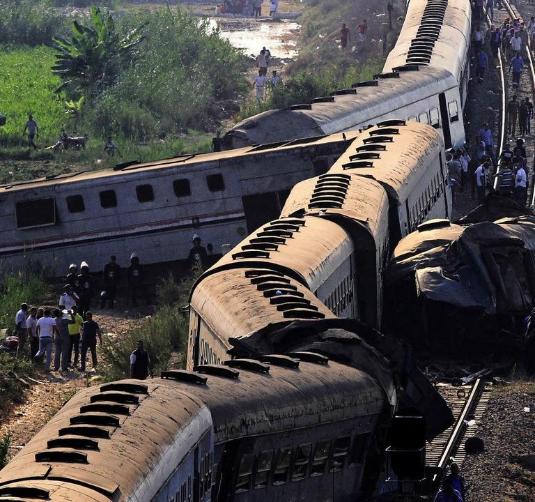 Die zwei Züge sind völlig ineinander verkeilt.   | Foto: dpa