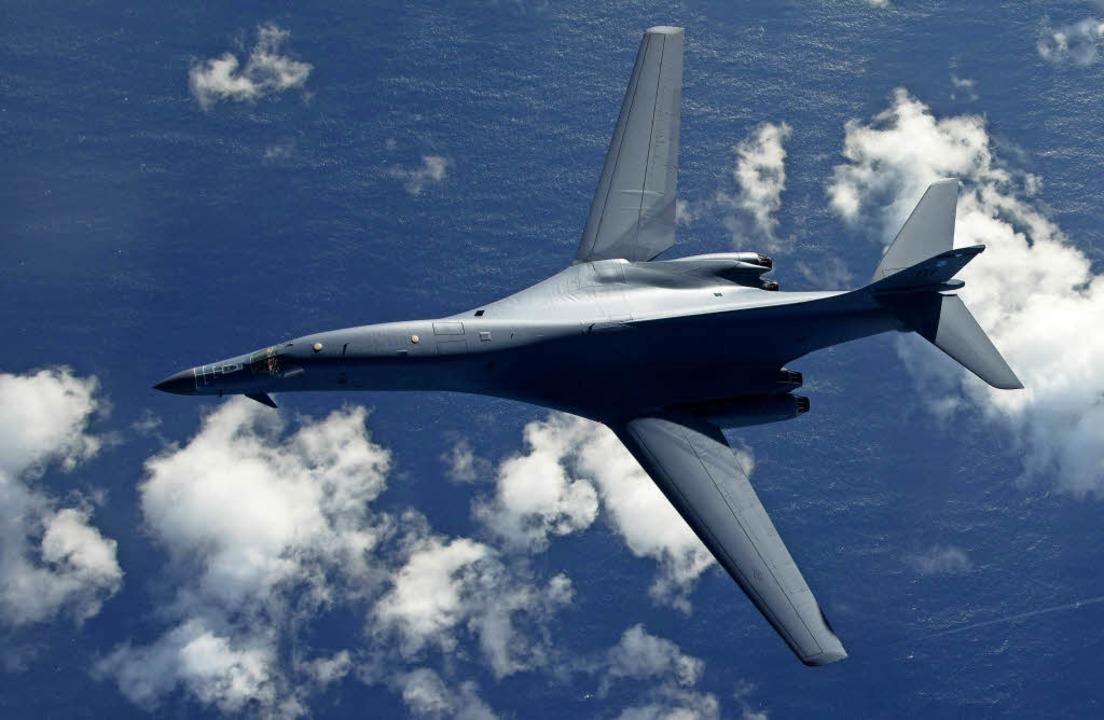 Ein Bomber vom Typ B-1B Lancer der US-...einem Start auf der Pazifik-Insel Guam  | Foto: dpa