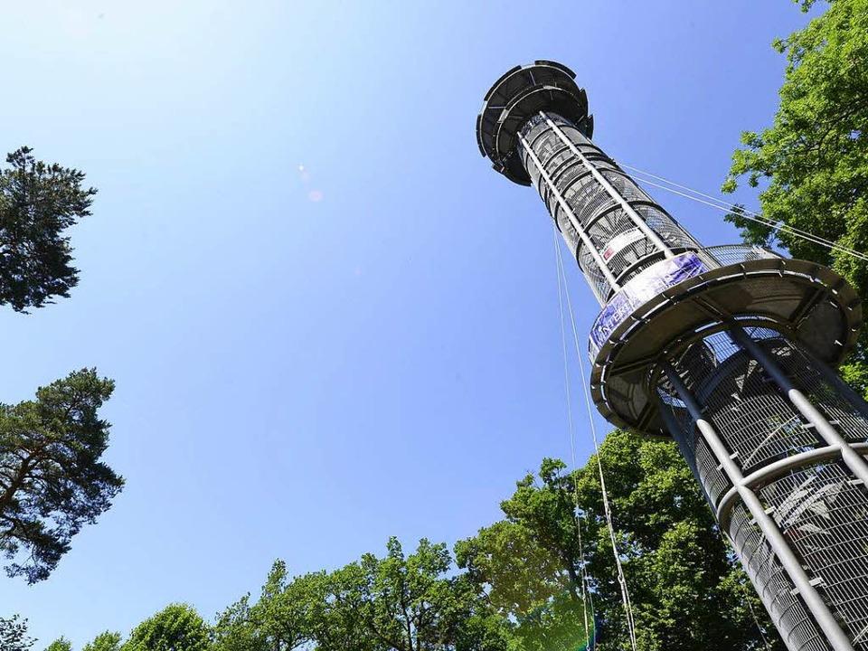 Der Schlossbergturm ist seit zwei Jahr... Sie werden jetzt durch Stahl ersetzt.  | Foto: Ingo Schneider
