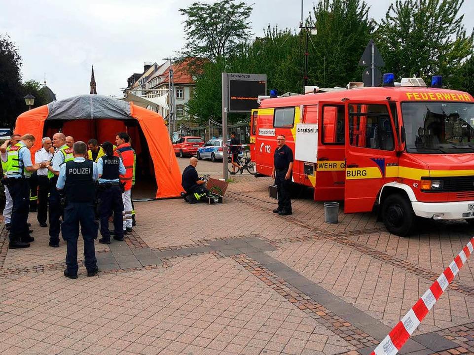 Die Feuerwehr Offenburg hat am Bahnhof ein Lagezentrum eingerichtet.  | Foto: Helmut Seller