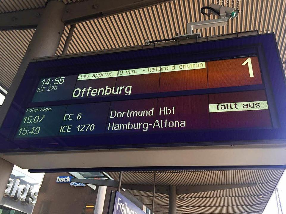 Die Anzeigetafel am Freiburger Hauptba... Samstag die Endstation Offenburg hat.  | Foto: Joachim Röderer