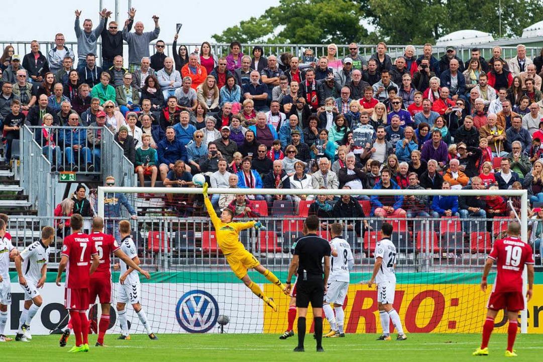 Freiburgs Torhüter Schwolow musste nic...en, diese Szene war jedoch gefährlich.  | Foto: dpa