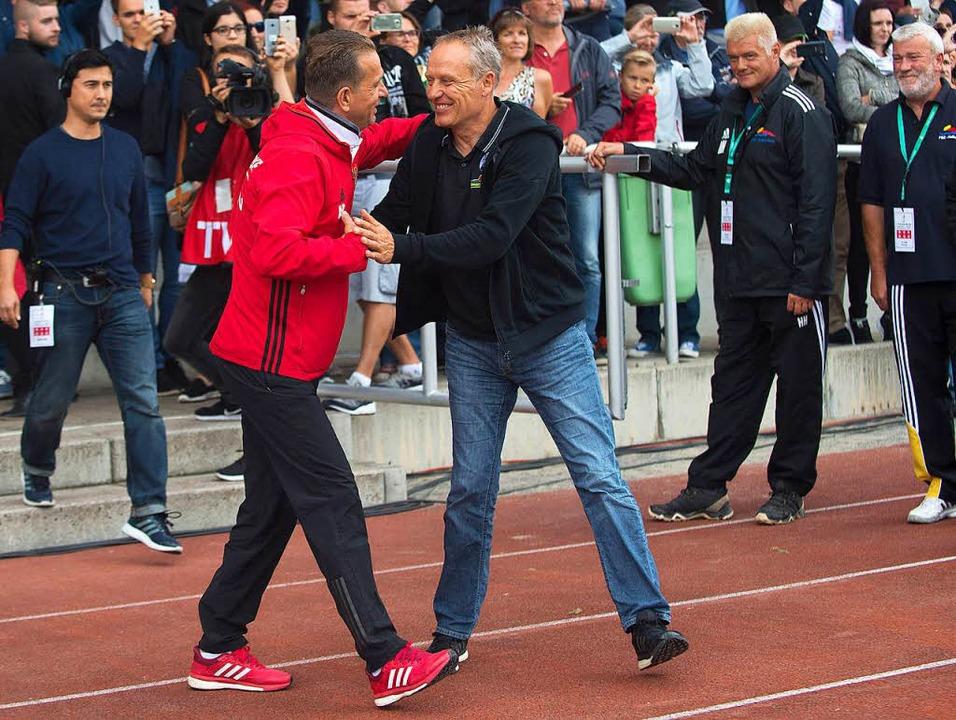 Herzliche Begrüßung: Freiburgs Trainer...n Freiburgs Spieler Nils Petersen ist.  | Foto: dpa