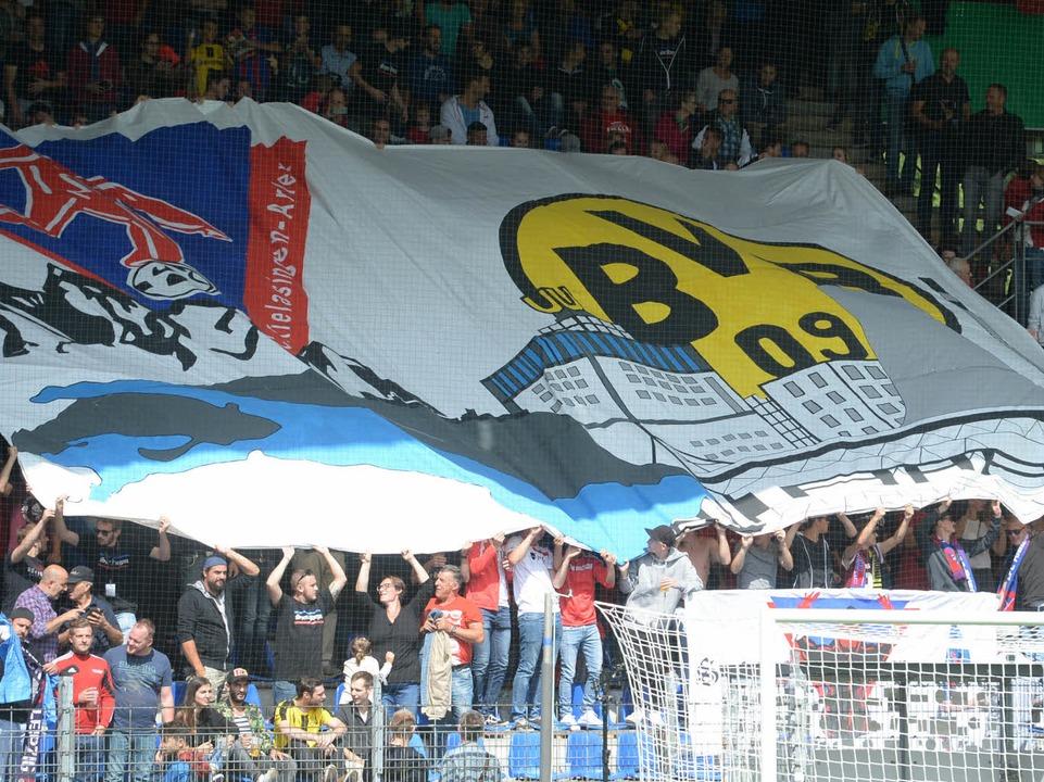 Freundliche Begrüßung der Fans des 1. FC Rielasingen für den BVB.  | Foto: dpa