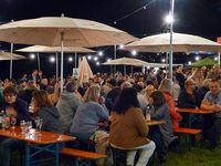 Weinfest mit Lichterketten und Panoramablick