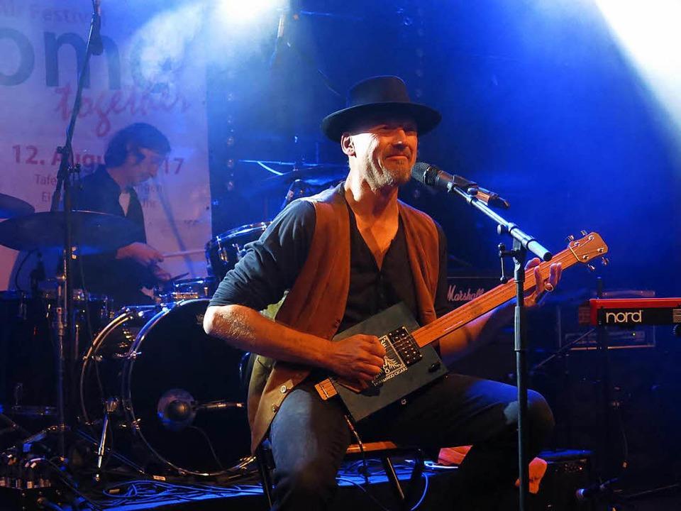 Joe Fischer von der Cadillac Blues Band mit der Cigar-Box-Gitarre  | Foto: Georg Voß