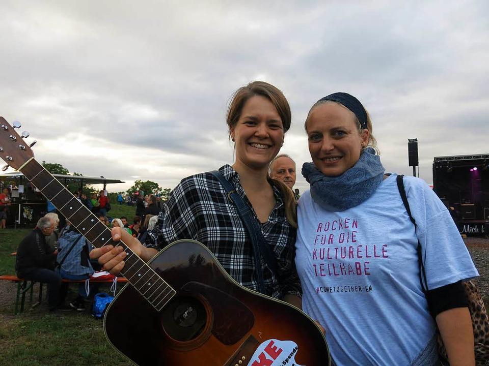 Aufruf zum Spenden mit der Gitarre  | Foto: Georg Voß