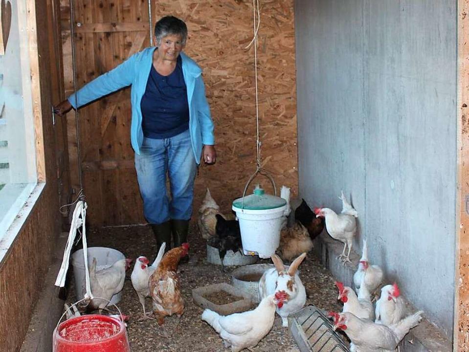 Im  Revier von Klara Fehrenbach tummeln sich nicht nur Hühner ...  | Foto: Christa Maier