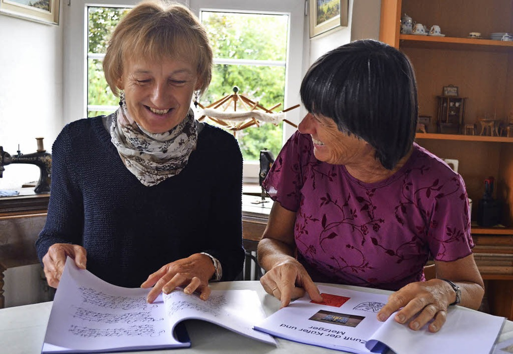 Gertrud Eckerle (links) und Charlotte Eckmann stöbern in Aufzeichnungen.  | Foto: Nikola Vogt