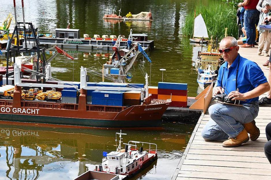 Der Badweiher in St. Peter verwandelt sich während des Hocks der Modell-Schiff-Kapitäne für zwei Tage in eine Hafenanlage. Von hier aus starten die (Modell-)Schiffe in See. (Foto: Markus Donner)