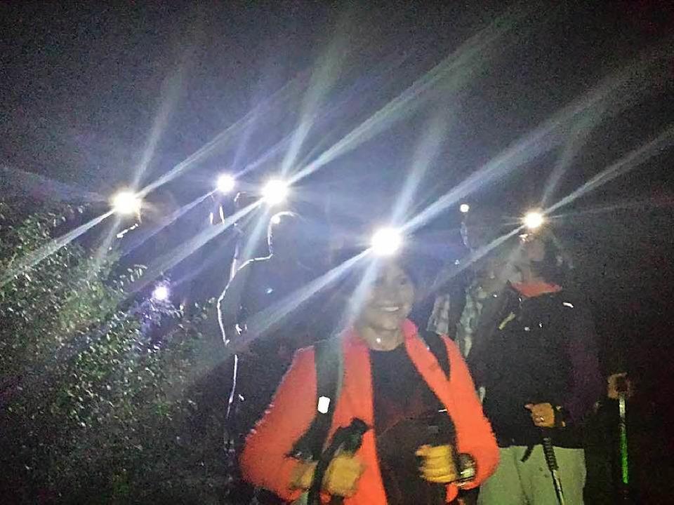 Die Wandergruppe unterwegs im Dunkeln.  | Foto: Privat