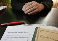 Trauer und Papierkram: Das ist beim Tod eines Angehörigen zu tun
