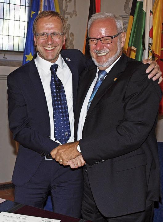 Die Freundschaft ist besiegelt: Brilon...lzheims Bürgermeister Ernst Schilling   | Foto: Haberer