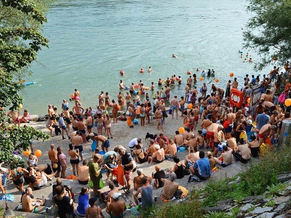 Tausende Teilnehmer gingen beim Basler Rheinschwimmen ins Wasser.
