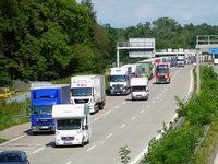 Nach Bahnpanne stauen sich auf der A5 nun die Laster
