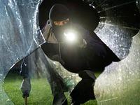 Mann stürmt bewaffnet in Wohnung - Nachbar hilft