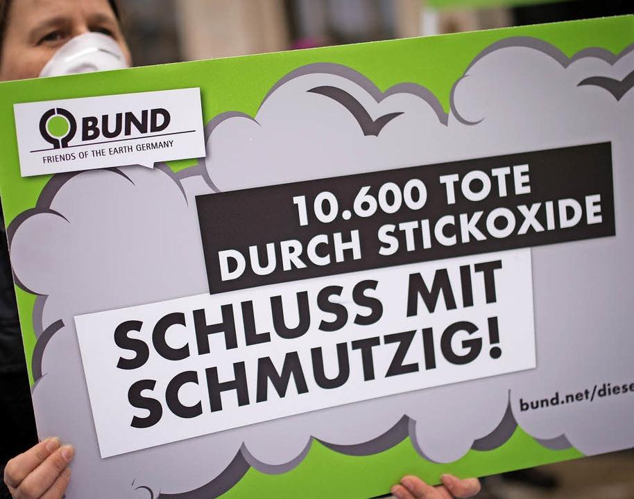 Protest der Umweltschützer vom BUND gegen dreckige Luft   | Foto: dpa