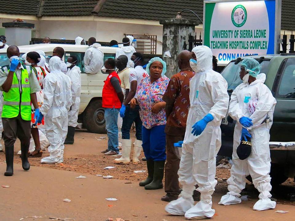 Ein Beerdigungsteam koordiniert die Bergung der Leichen.   | Foto: AFP