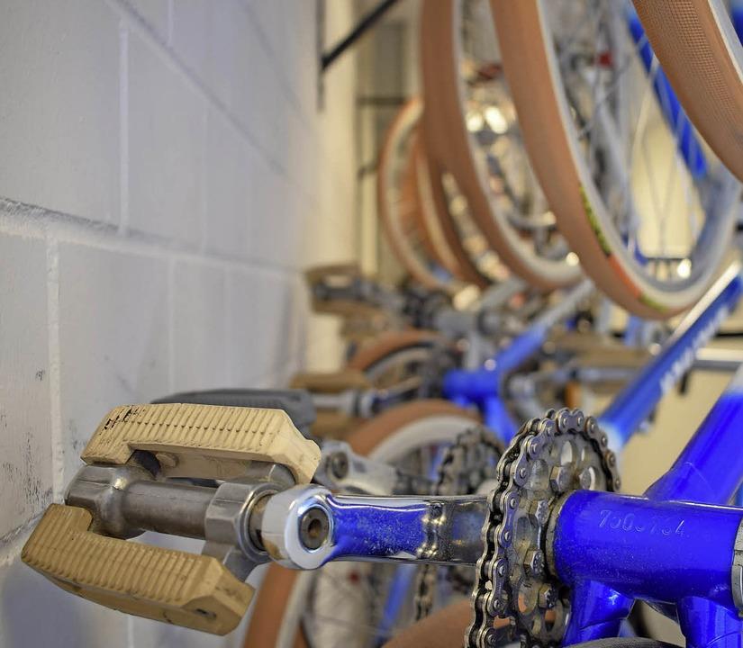 Aufgehängt: An einer Wand in der Buche...rten die Kunsträder auf ihren Einsatz.  | Foto: Frank Schoch