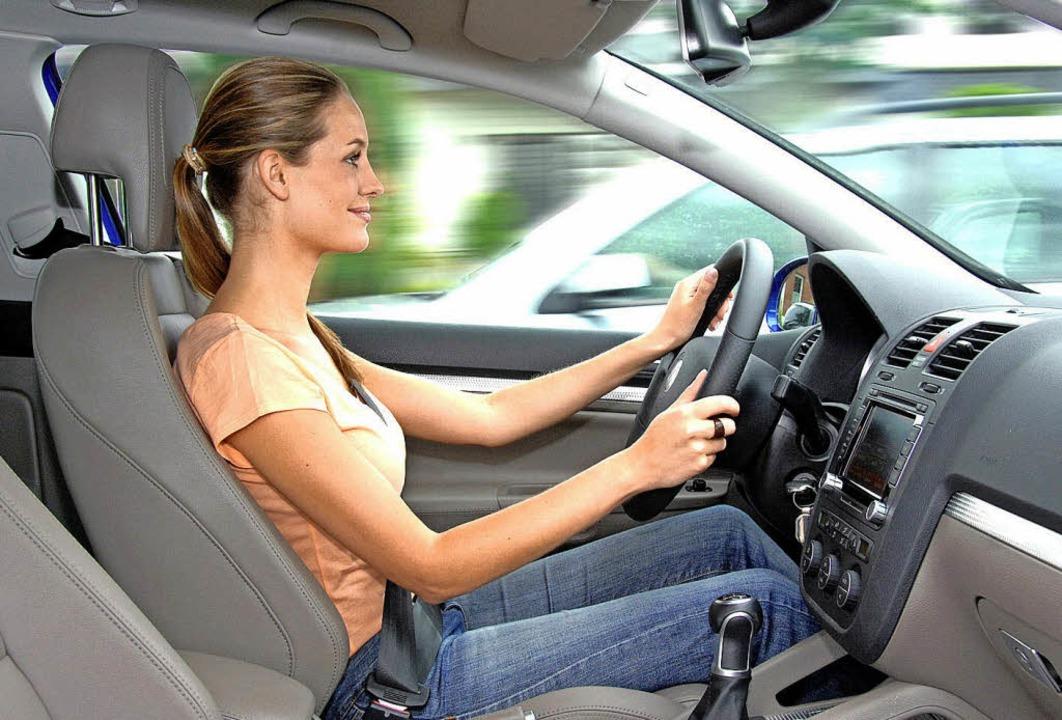 Vorbildlich: Autofahrer sollten aufrec...ren und behalten stets den Überblick.   | Foto: UDV