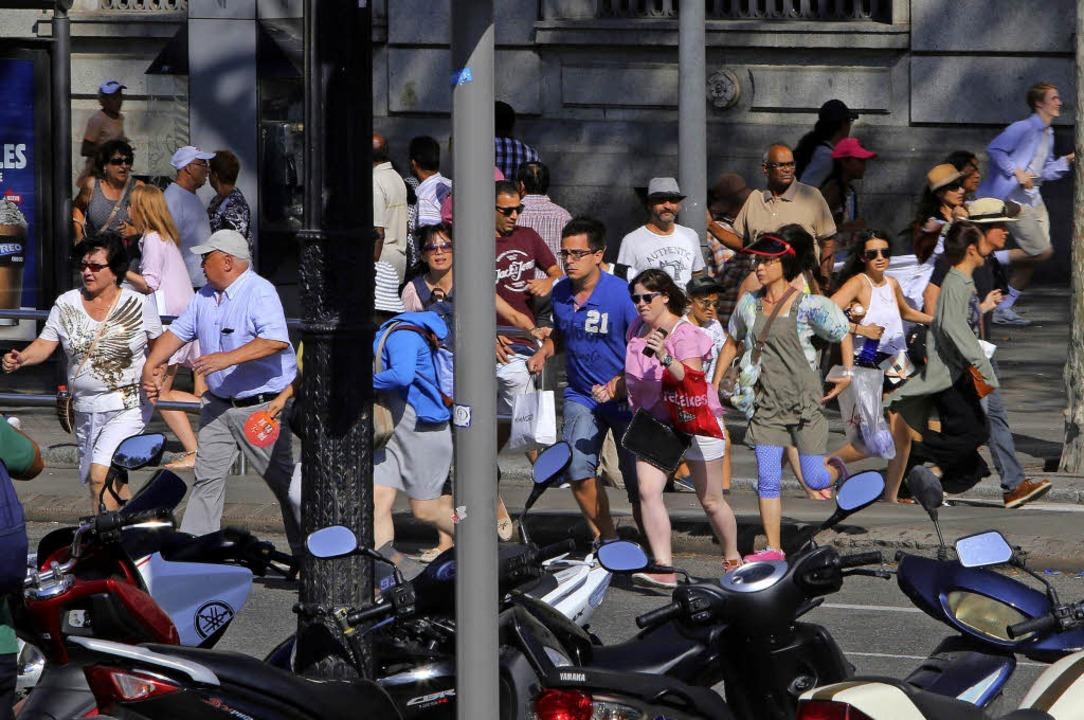 Fliehende Passanten  in der Innenstadt von Barcelona  | Foto: dpa