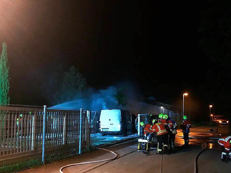 Feuerwehr löscht den Brand auf dem Betriebsgelände der Firma Vivisol.  | Foto: Feuerwehr